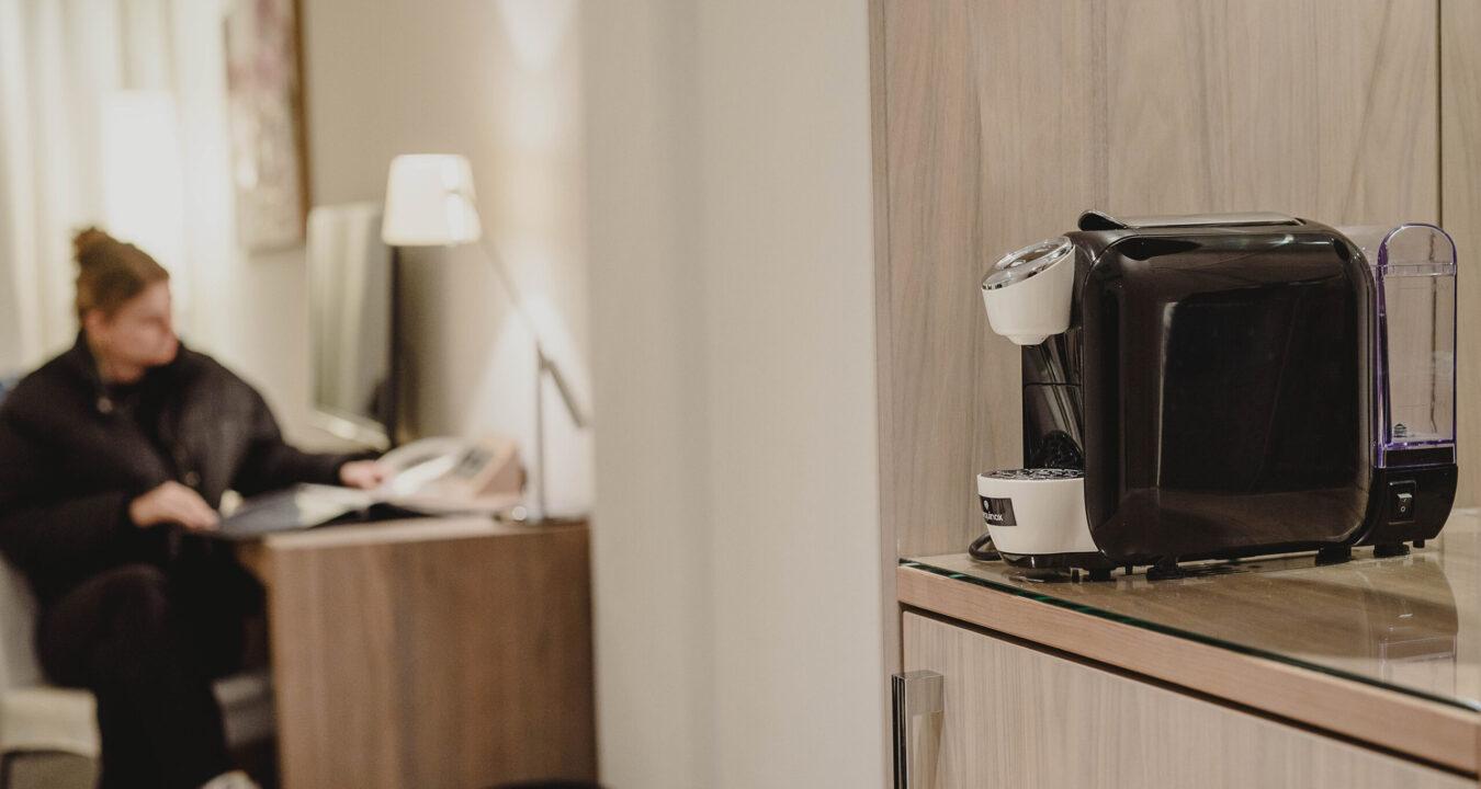 Aequinox koffiemachine in een hotelkamer